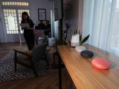 Llega a España Google Home, el asistente inteligente para el hogar que permite activar aparatos con comandos de voz