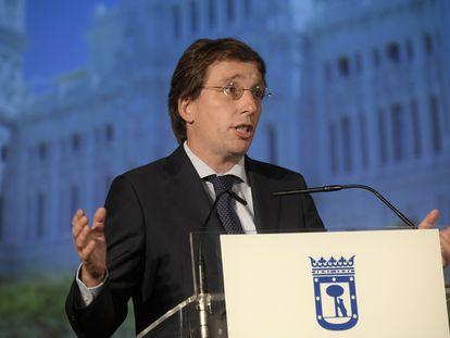 El alcalde de Madrid, José Luis Martínez-Almeida, en el Palacio de Cibeles este lunes.