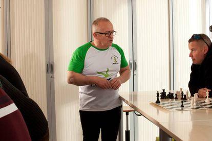 El monitor Juan Francisco Calero, durante una de las sesiones de rehabilitación cognitiva