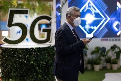 Un hombre pasa por delante de un anuncio de 5G, el pasado junio en el MWC de Barcelona.