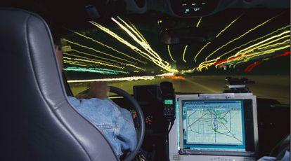 Un cazador de tornados conduce su furgoneta equipada con GPS en EE UU.
