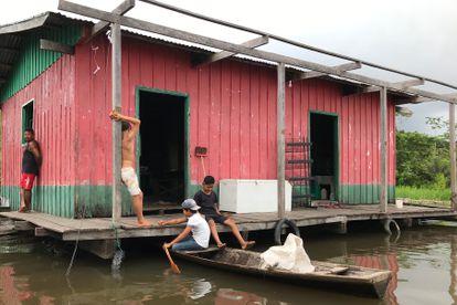 Vista de una casa a orillas del río Amazonas en la aldea de Punã.