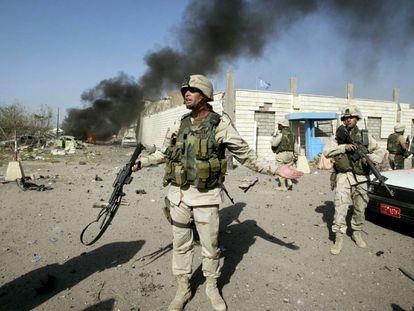 Una patrulla estadounidense, frente a la sede la ONU en Bagdad objetivo de un atentado en agosto de 2003.