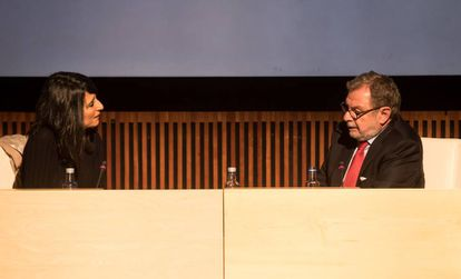 Fernanda Tabarés y Juan Luis Cebrián, durante el acto en A Coruña.