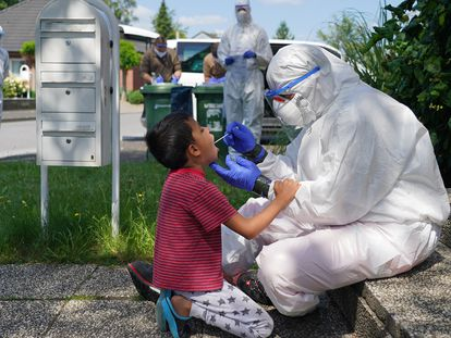 Un trabajador de la Cruz Roja toma una muestra de un niño, en St. Vit (Alemania), este martes.