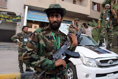 Soldados leales a Gadafi montan guardia en Zawiyah