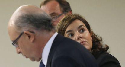 El ministro de Hacienda, Cristóbal Montoro, junto a la vicepresidenta, Soraya Sáenz de Santamaría.