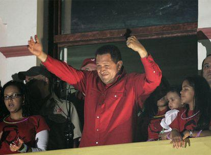 El presidente venezolano festeja con sus seguidores el triunfo del 'sí' en el referéndum.