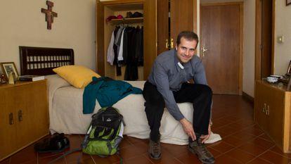 Xavier Novell i Gomà   exobispo de la Diócesis de Solsona (Lleida) en su habitación preparándose para salir a dar un paseo por el campo.