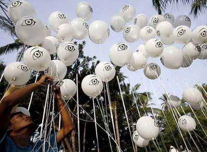 Un grupo de ecologistas suelta globos frente a la sede de la Cumbre del Clima en Bali.