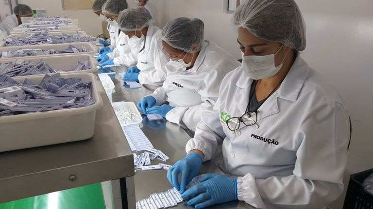 Línea de producción de test rápidos en una empresa brasileña. Thuanny Campos / Divulgação