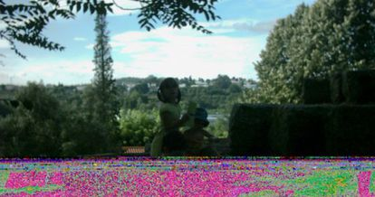 Diego Collado analiza la estética de las fotos digitales dañadas en su exposición Data Recovery.