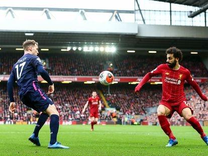 Stacey y Salah, ante un balón dividido durante un Liveprool-Bournemouth de marzo.