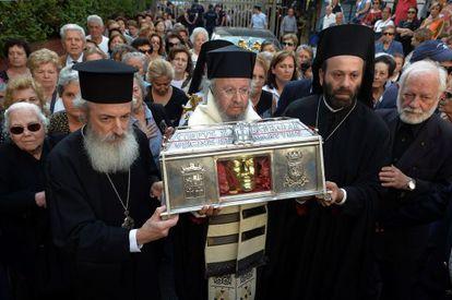 Ortodoxos griegos portan las reliquias de santa Bárbara el 15 de mayo en Atenas.