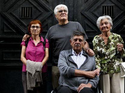 De izquierda a derecha: Felisa Echegoyen y Chato  Galante (torturados por Billy el Niño), junto a Carlos Slepoy y Ascensión Mendieta, en la puerta de la antigua DGS, en 2013.