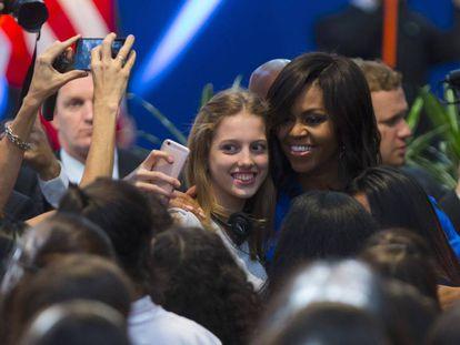 Michelle Obama se fotografía con una adolescente. / Ivan Fernandez