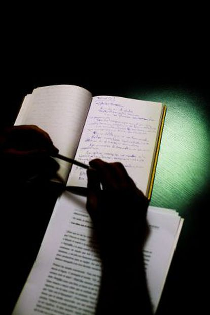 Un alumno de la Escuela de Escritores toma notas en clase.