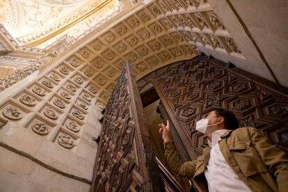 The researcher Juan Clemente Rodríguez points to the arch of the sacristy of the Cathedral of Seville in which 68 plates are sculpted, a catalog of the Renaissance gastronomy of the city.