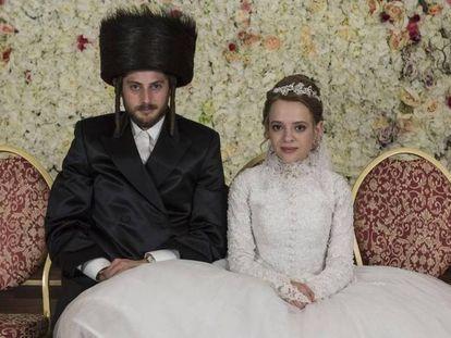 Yanky (Amit Rahav) y Esther (Shira Haas), posando como recién casados en 'Unorthodox'.