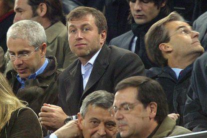 Abramovich, en el centro, en la tribuna del Camp Nou, en enero pasado.