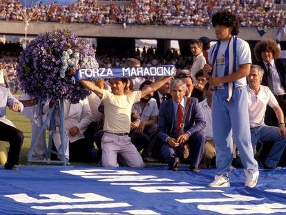 Maradona, en su presentación en Nápoles en 1984.