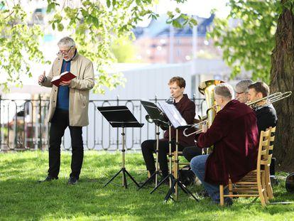Varios músicos en una misa en el jardín de una iglesia de Estocolmo por el día de la Ascensión.