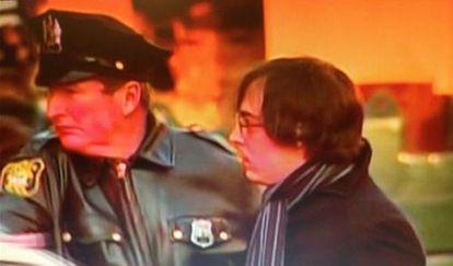 Imagen de la cadena CBS con el instante de la detención de Ryan Lanza.