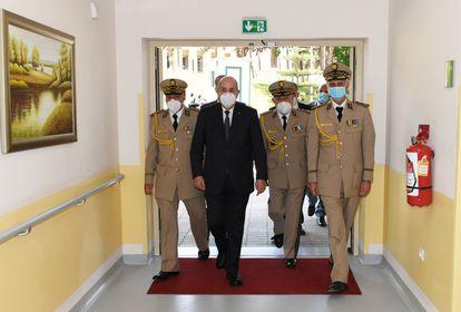 El presidente de Argelia, Abdelmayid Tebún, y el jefe del Estado mayor, Said Chengriha, visitan a Brahim Ghali, este miércoles en Argel.
