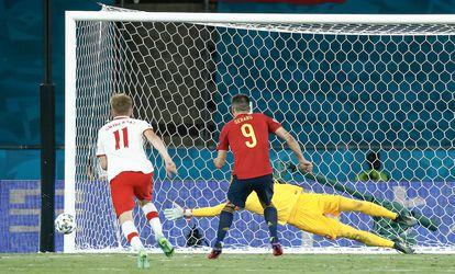 Gerard Moreno falla el penalti contra Polonia.