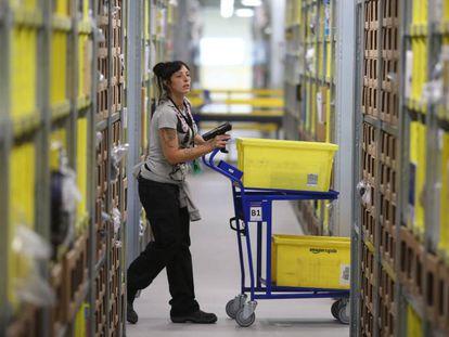 Una empleada de Amazon en el almacén de San Fernando de Henares (Madrid).