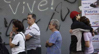 Venezolanos, en fila para votar en un colegio electoral.