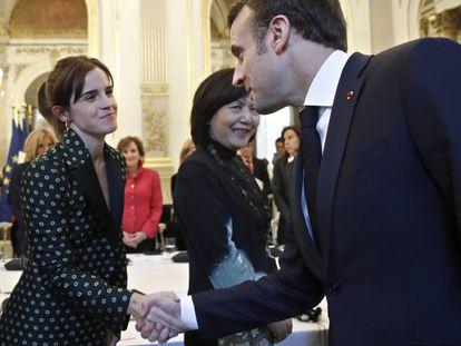 El presidente francés Emmanuel Macron saluda a la actriz británica Emma Watson en un encuentro por la igualdad en el palacio del Elíseo, en París, el martes 19 de febrero de 2019.