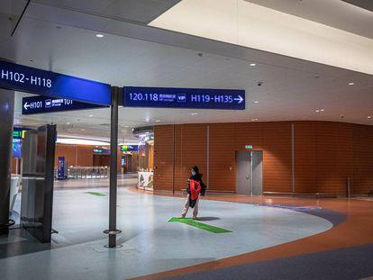 Una solitaria pasajera, esta semana en el aeropuerto internacional de Shanghai.