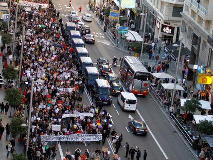 Paso de la manifestación por Gran Vía al comienzo de la marcha. Un amplio dispositivo policial acordona el paso de la protesta,