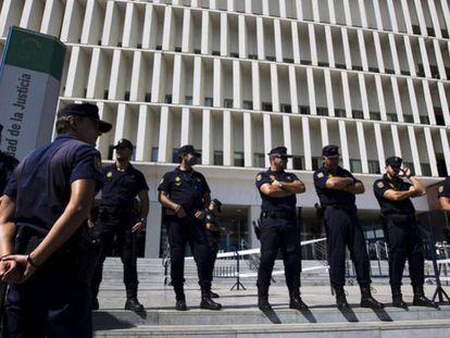 Agentes de la Policía Nacional, ante la sede de la Audiencia Provincial de Málaga.