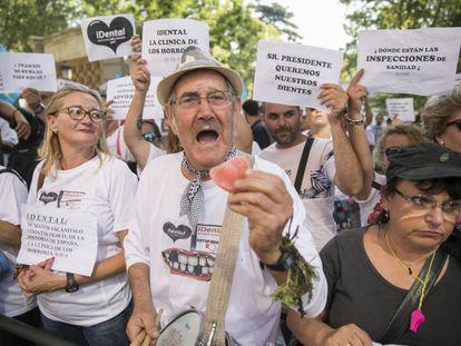 Afectados por el cierre de clínicas IDental se manifiestan, en una concentración frente al Ministerio de Sanidad.