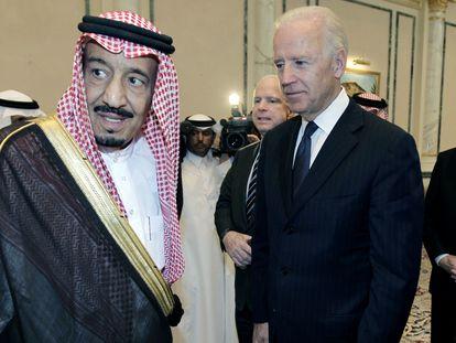 El rey Salmán de Arabia Saudí con Joe Biden en 2011, cuando éste era vicepresidente de Estados Unidos, en Riad.