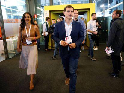 El líder de Ciudadanos, Albert Rivera, y la concejal del Ayuntamiento de Madrid Begoña Villacís, durante su visita ayer al South Summit, encuentro de emprendedores que se celebra en Madrid.