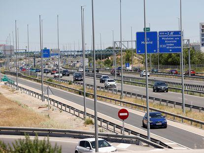 Aspecto que presenta en la tarde de este viernes la A-5, en Madrid, tras el inicio de la primera operación salida del verano.