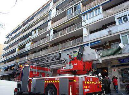 Un camión de bomberos ante el edificio en el que se ha registrado el incendio.