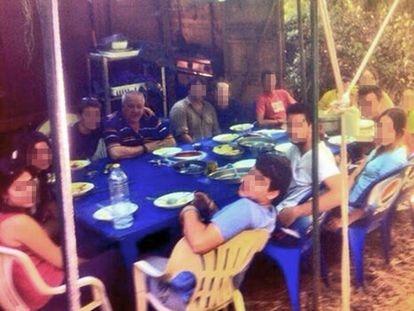 Guillermo García, el profesor acusado de abusos en los maristas de Granada, es identificado por víctimas y exalumnos en el centro de la imagen, con camiseta azul de rayas, en el campamento que organizó en 2013 en Ferreirola, La Alpujarra, aunque ya había sido denunciado al colegio en 2010.