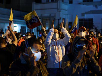Seguidores del candidato Andrés Arauz celebran los resultados en Quito, este lunes por la madrugada.