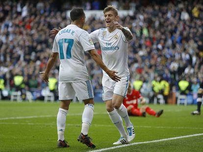 Toni Kroos celebra con Lucas Vázquez uno de los goles al Sevilla.