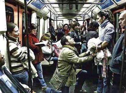 Dos actores interpretan un sainete en un vagón de Metro de Madrid para promocionar el Ayuntamiento. Los pasajeros no saben si la escena es o no real. Una campaña de la agencia MarketingVivo.