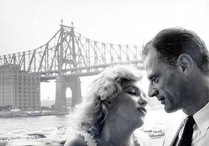Marilyn Monroe y Arthur Miller, fotografiados en Nueva York por Sam Shaw.