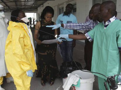 Enfermeros ensayan el protocolo de intervención en caso de Ébola en Congo, en 2014.