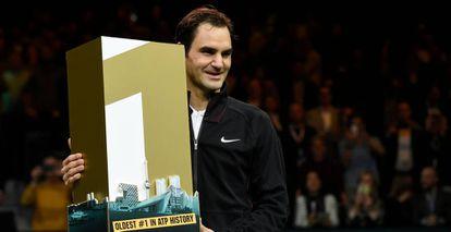 Federer posa con un trofeo simbólico del número uno, ayer en Basilea.