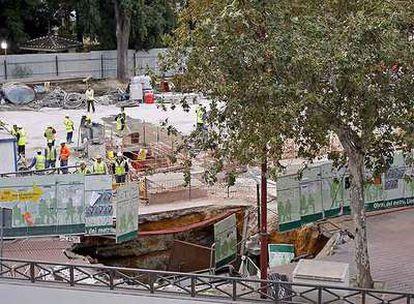 Una vista del gran socavón abierto ayer en las obras del metro de Sevilla.