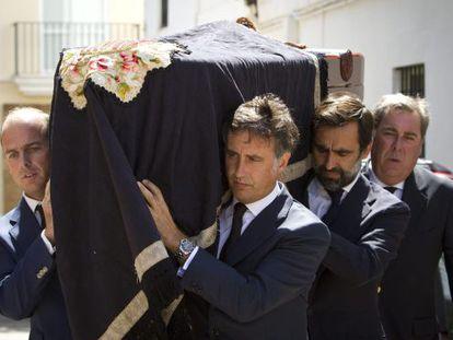 Varios hijos del fundador de Rumasa , José María Ruiz Mateos, introducen en la iglesia de Rota el féretro con los restos del empresario.
