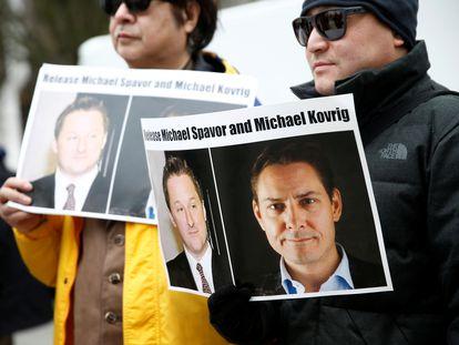 Un grupo de manifestantes muestra carteles con las fotos de Michael Kovrig y Michael Spavor para exigir su puesta en libertad, durante una vista judicial contra Meng Wanzhou en Vancouver en 2019.